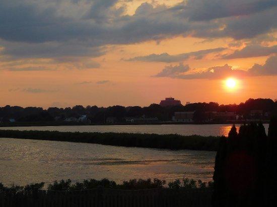 سي وايل موتل: Sunset over Easton Pond