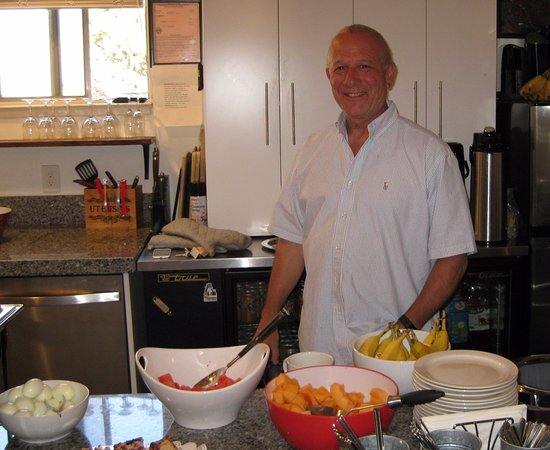7 Seas Inn at Tahoe: Bill serves it up personally to all his guests