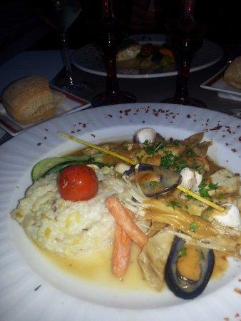 Suce-sur-Erdre, Francia: Navarin de lapin aux fruits de mer (moules et coques)