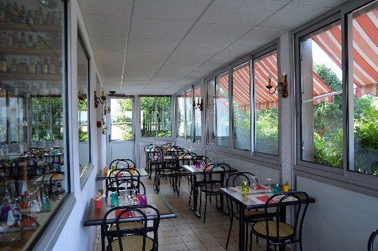 Hôtel le Pommeil : salle de restaurant avec vue sur la forêt de Chabrières