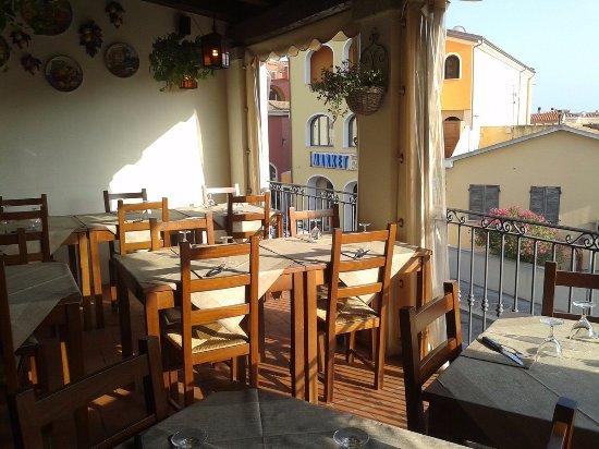 tavoli sul terrazzo - Picture of Pizzeria La Pecora Viziosa, Golfo ...