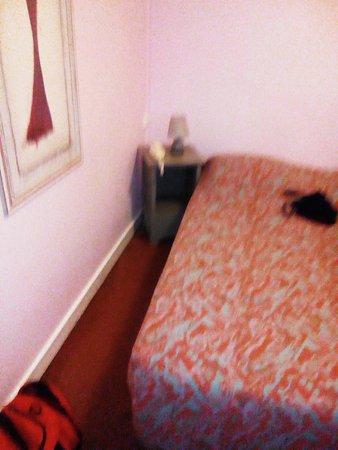 La Sole Meuniere Hotel/Restaurant: vu du cote gauche du lit, un chevet , une lampe