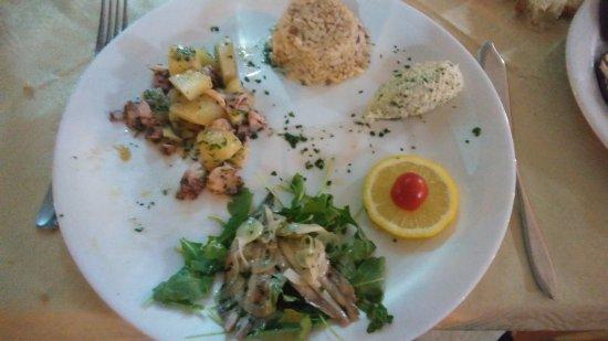 """I TRE FRATELLI: L'intrigante piatto di antipasti di pesce chiamato """"4 assaggi"""""""