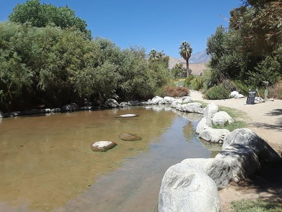 Riverside, Kalifornien: The wading pool also has rock-lined, shady river sections, meanders down past the 'fish' pools.