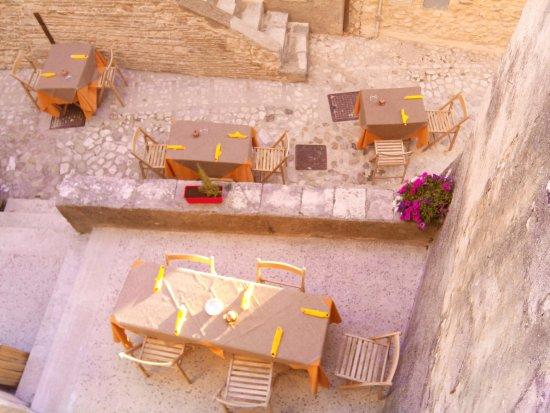 Labro, Italia: tavoli all'esterno