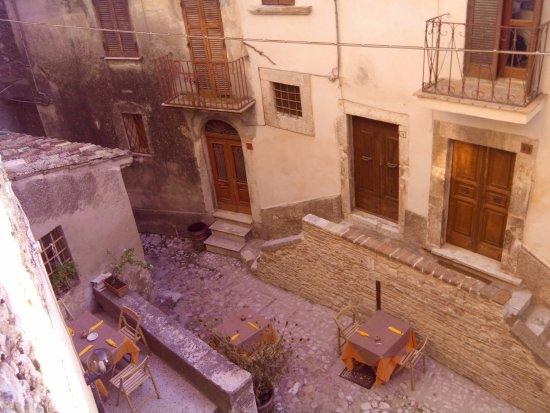 Labro, Italia: tavoli lungo la via Vittorio Emanuele
