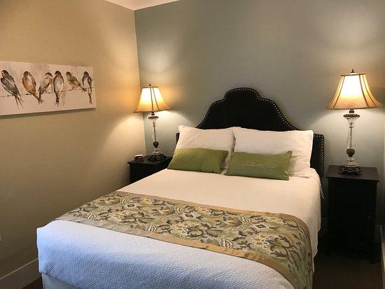 Camas, WA: Recently renovated Room #16!  Queen Ensuite!