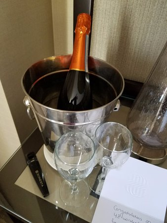 Royal Sonesta Harbor Court Baltimore: Anniversary surprise from hotel!! Very classy!!
