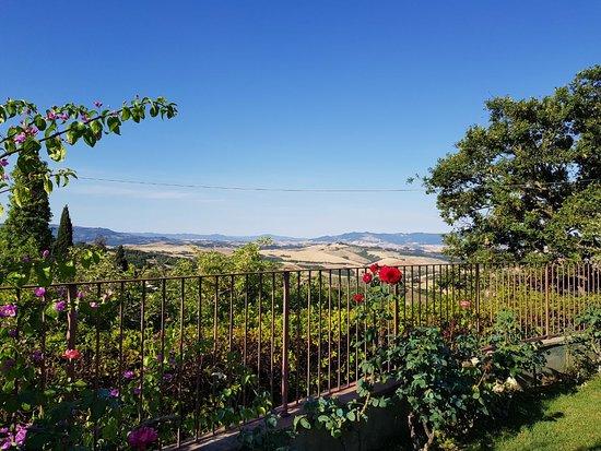 """Il Casale Del Madonnino: Ausblick in die Toskana im sehr gepflegten Gartenbereich des Appartement """"Queria"""""""