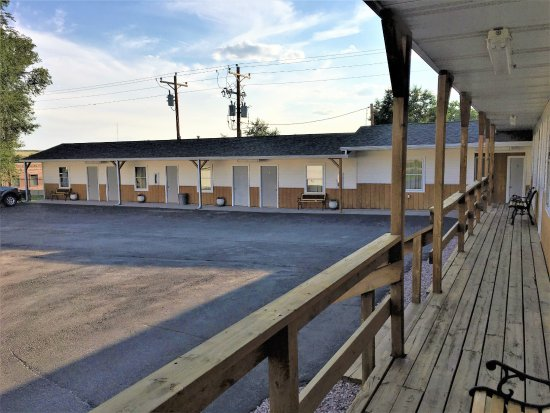 Rangeland Court Motel and RV Park: Our courtyard looking from the porch