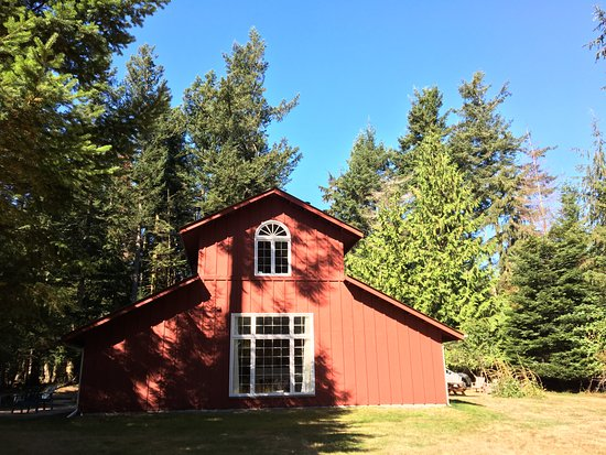 Orcas Island Bayside Cottages: The Barn during Eclipse.