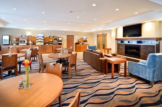 Sandman Hotel & Suites Squamish: Breakfast Room