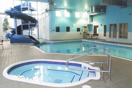 Sandman Hotel & Suites Squamish: Indoor Pool with 3-Storey Waterslide