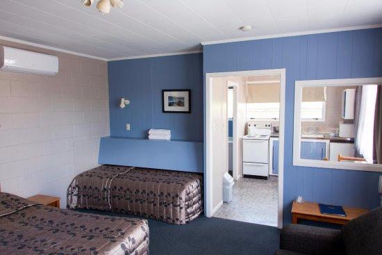 Otorohanga, New Zealand: Bedroom with two large beds