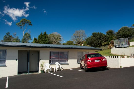Otorohanga and Waitomo Motels: Parking was just outside our room