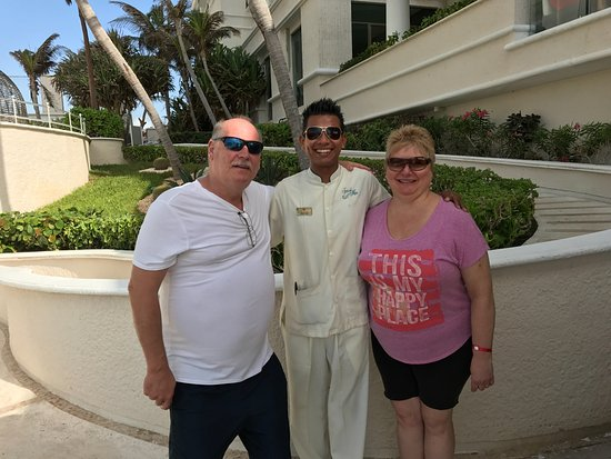 Sandos Cancun Lifestyle Resort: Jose Luis gave us a pool side massage, I was in heaven! So very nice & kind, can't wait to retur