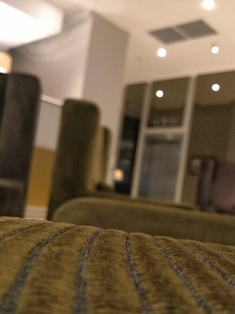 Croydon Park Hotel: Reception sofas