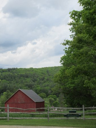 Tyringham, Μασαχουσέτη: Red barn and picnic table to be explored