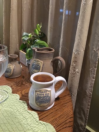 Valle Crucis, NC: Custom pottery adorns the tables in the breakfast room.