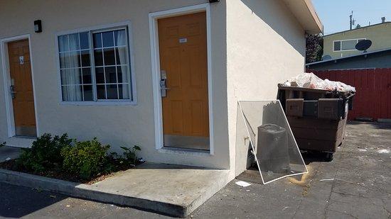 Ocean Lodge: Door would not lock and window would not latch.