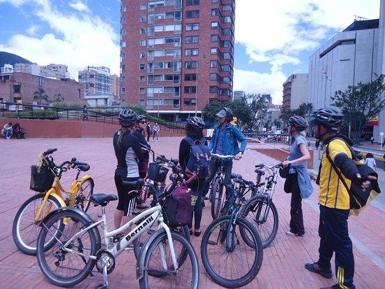 Bogotravel Tours: Uma das paradas do Bike Tour, a turma reunida com as bicicletas.