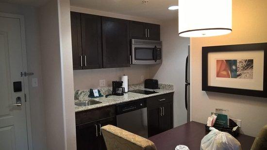 Homewood Suites by Hilton Boston/Canton, MA: Pequeña cocina muy util y equipada