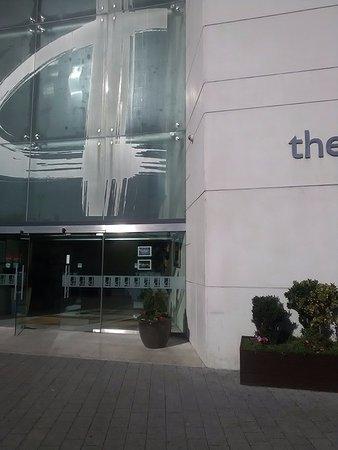 Drogheda, Ierland: Front door of hotel