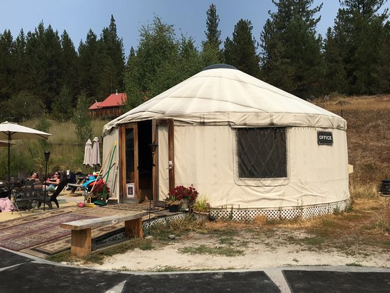 Gold Fork Hot Springs: The office and changing rooms are in a yurt.