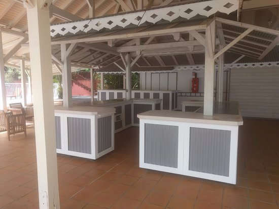 Auberge de la Vieille Tour: espace de réception près de la piscine