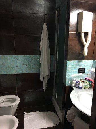 โรงแรมเมมฟิส: Decent breakfast, clean bathroom and fresh water fountain outside!