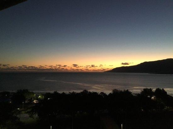 Rydges Esplanade Resort Cairns: All view from our tenth floor ocean side room.