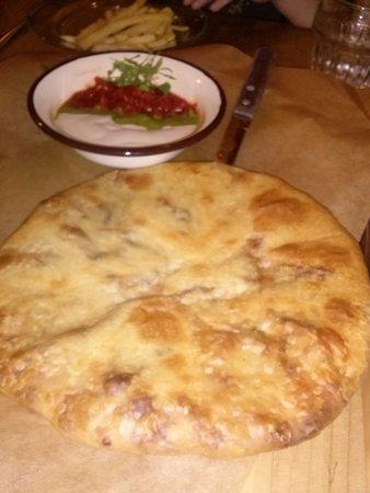 Nanuchka: חצ'פורי ממולא גבינה טבעונית ועשבי תיבול, ובצד טחינה ועוד מטבלים