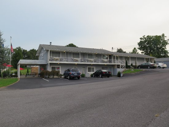 Grand Rivers Inn: View of the Inn from across the road