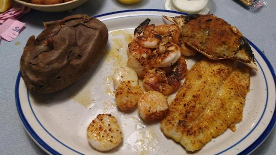 Yadkinville, Северная Каролина: Broiled seafood platter. Very good.