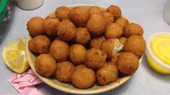 Yadkinville, Carolina del Norte: Hush puppies are always excellent. Tiny and perfect, as many as you care to eat.