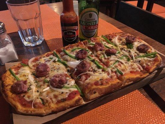 Raices Bar and Grill : Pizza al horno de leña, con chorizo argentino.