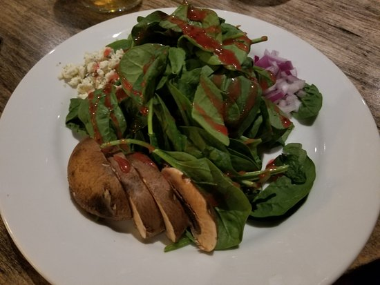 Arnolds Park, ไอโอวา: Baby spinach, candied pecans, mushrooms, red onions gorgonzola crumbles & raspberry vinaigrette.