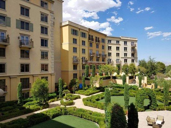 Lake Las Vegas Resort: View of the courtyard
