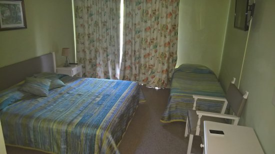 Chambre 3 personnes photo de hotel castell blanc for Chambre 3 personnes