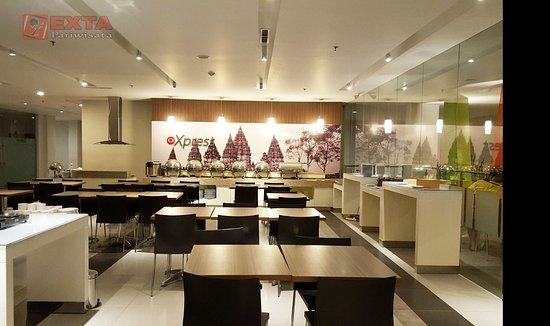 Amaris Hotel Sagan Jogja Suasana Ruang Makan Di Malam Hari