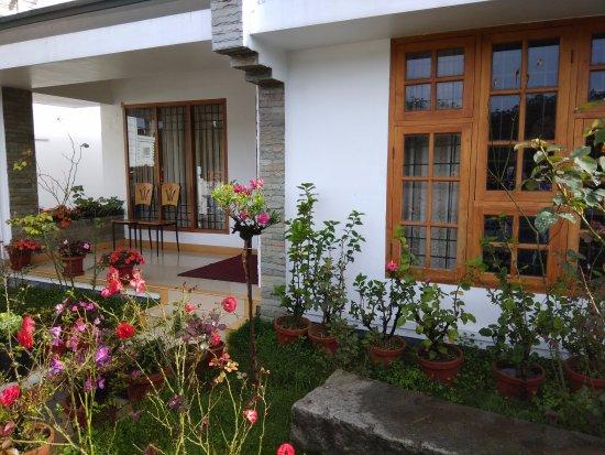 Elysium Garden Hill Resorts: Cottage lawns