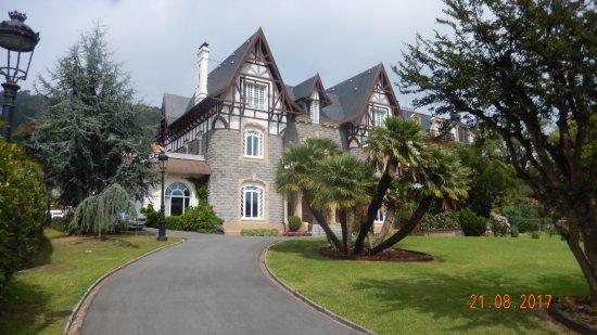 Hotel Villa Soro: From the road.