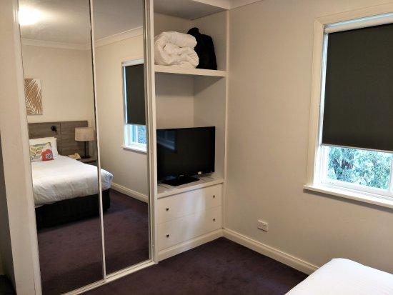 Oaks Cypress Lakes Resort: Unit - Bedroom Cupboards & TV