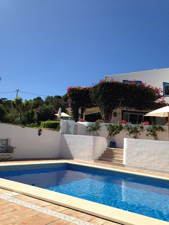 Quinta Bonita Luxury Boutique Hotel: View from pool towards hotel