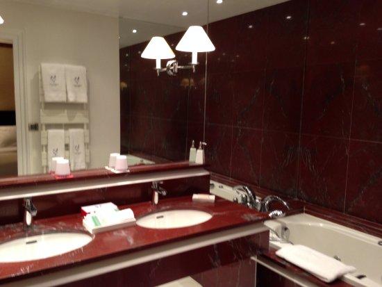"""Georges Blanc Parc & Spa : Salle de bains attenante à la """"chambre double Supérieure"""""""