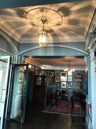パブ店内にはグリニッジ関連の絵が数多く飾られています。
