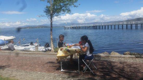 Sant'Arcangelo, İtalya: Compiti delle vacanze vista lago!!!