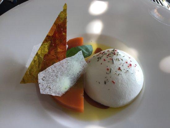 Chardonne, Schweiz: Tatin de tomates et crémeux de burrata fumée, caviar d'aubergines et ail noir