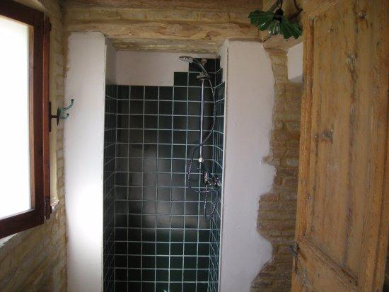 Montecassiano, Italy: Bagno esclusivi Camera Tripla. Sono stati recuperati gli originari materiali in legno e cotto