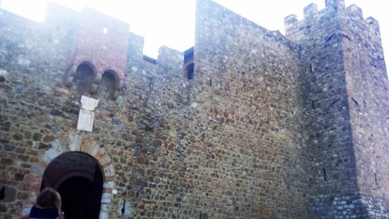 Poggio alle Mura, Italia: le torri del Castello di Banfi
